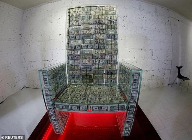 Quý ông giàu có dùng 23 tỷ đồng tiền mặt làm ghế ngồi chống đạn như ngai vàng - 1