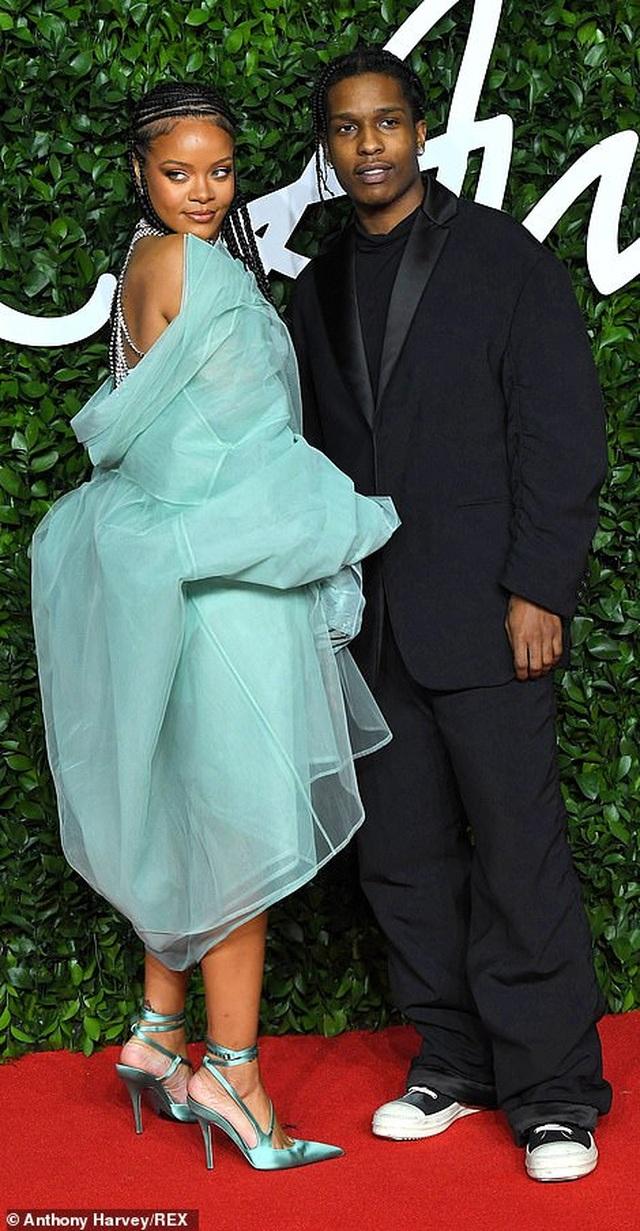 Rihanna diện váy trễ nải dự lễ trao giải thời trang Anh quốc - 8