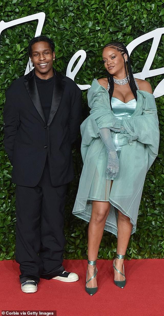 Rihanna diện váy trễ nải dự lễ trao giải thời trang Anh quốc - 9