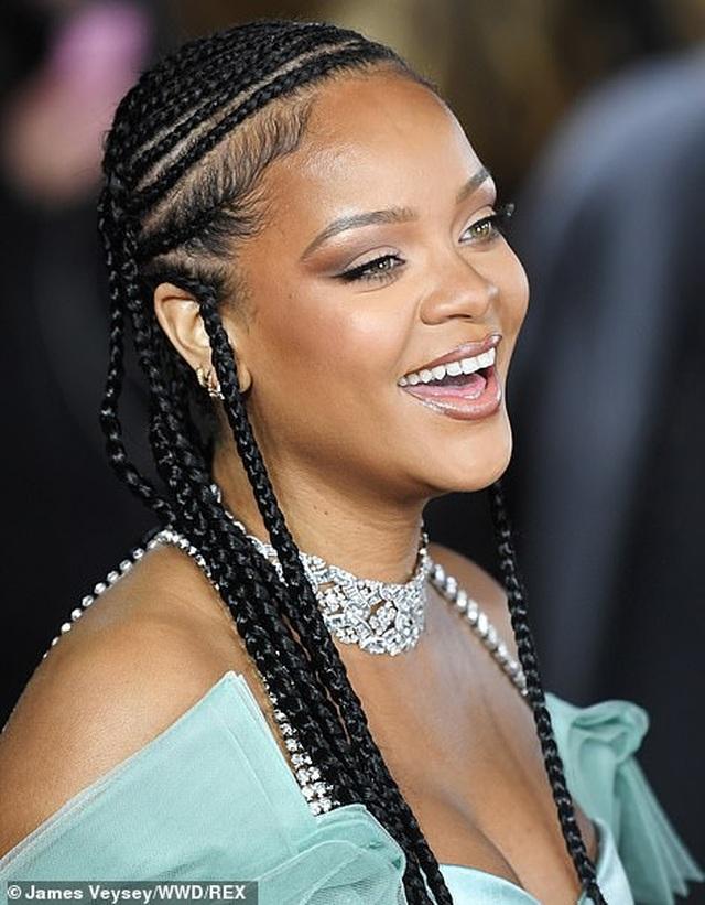 Rihanna diện váy trễ nải dự lễ trao giải thời trang Anh quốc - 10