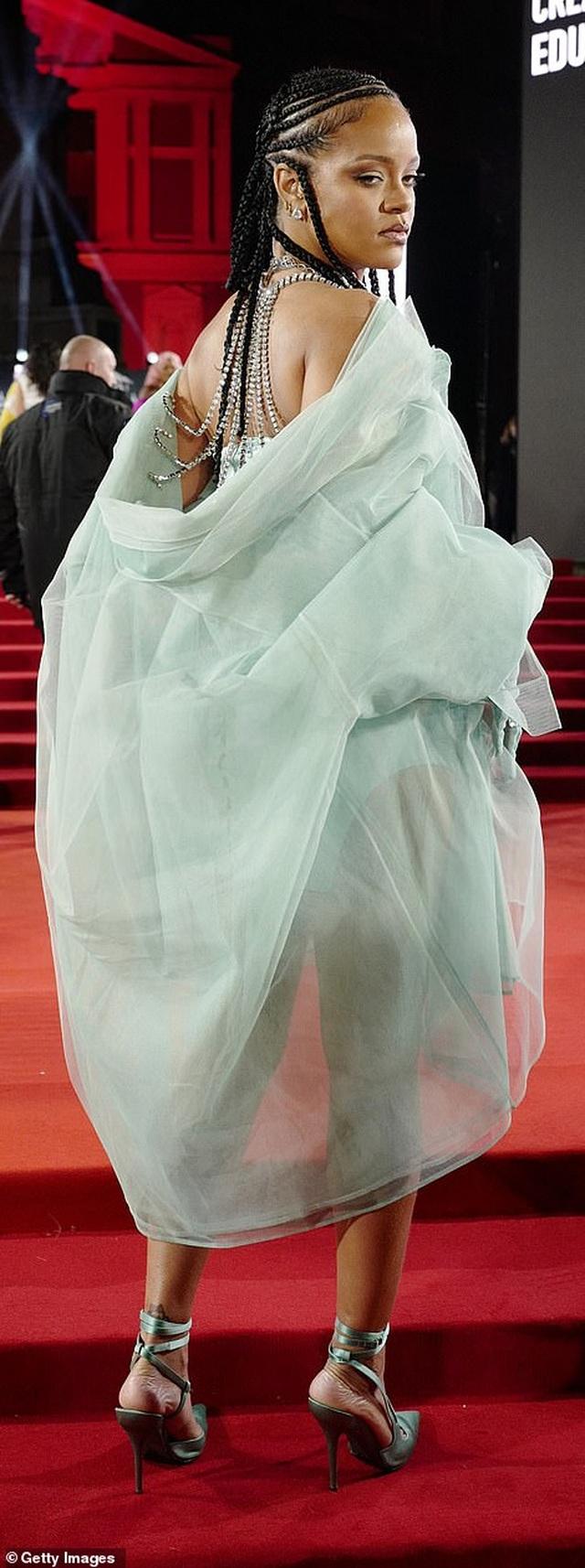 Rihanna diện váy trễ nải dự lễ trao giải thời trang Anh quốc - 7