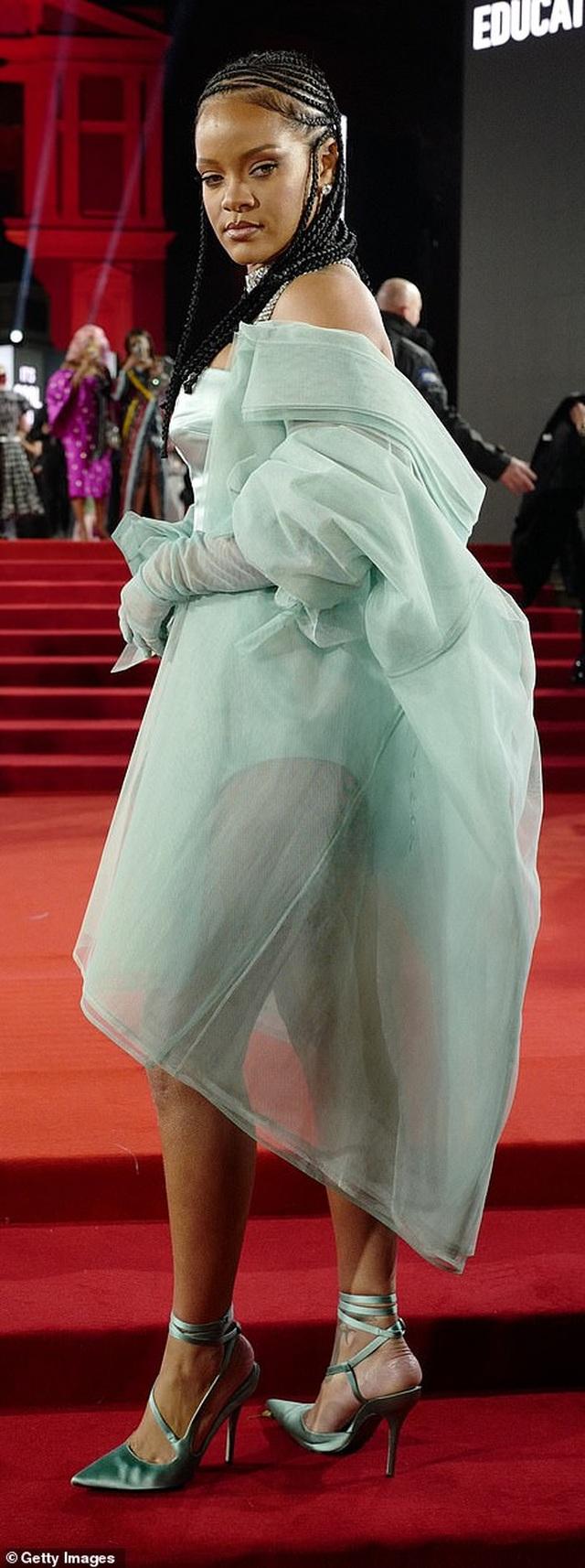 Rihanna diện váy trễ nải dự lễ trao giải thời trang Anh quốc - 6