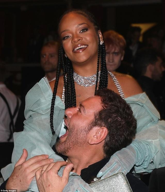 Rihanna diện váy trễ nải dự lễ trao giải thời trang Anh quốc - 5