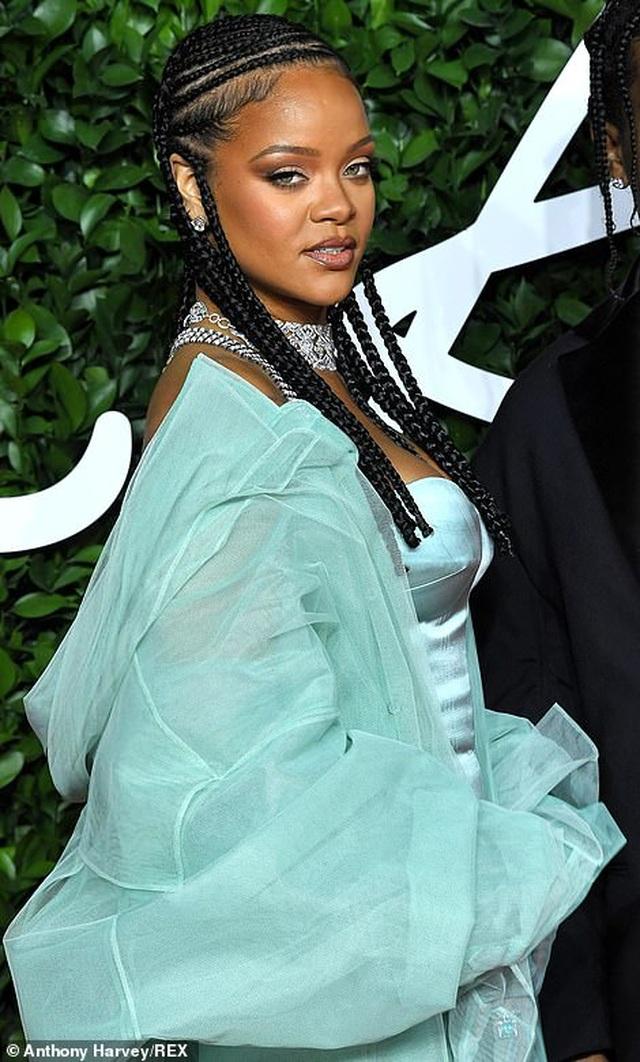 Rihanna diện váy trễ nải dự lễ trao giải thời trang Anh quốc - 4