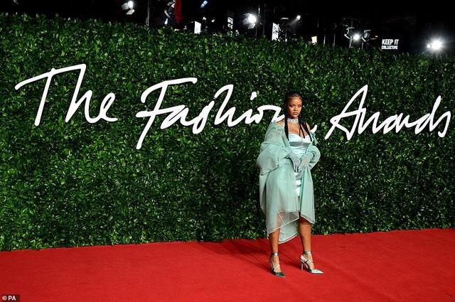 Rihanna diện váy trễ nải dự lễ trao giải thời trang Anh quốc - 3