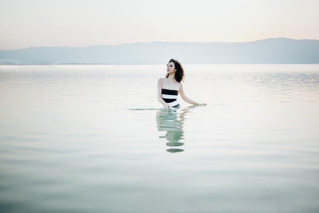 """""""Người đẹp không tuổi"""" Thanh Mai diện bikini khoe dáng ở biển Chết - 14"""