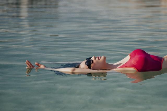 """""""Người đẹp không tuổi"""" Thanh Mai diện bikini khoe dáng ở biển Chết - 3"""