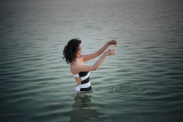 """""""Người đẹp không tuổi"""" Thanh Mai diện bikini khoe dáng ở biển Chết - 9"""