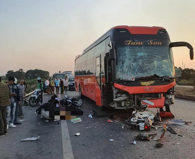 Hà Nội: Va chạm liên hoàn trên cao tốc, nữ phụ xe khách chết thảm - 1