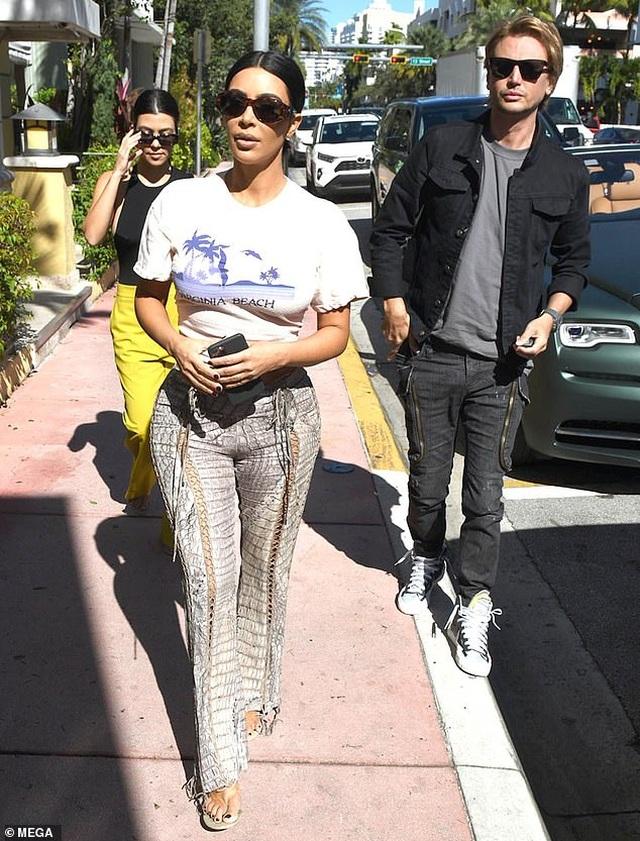 Kim Kardashian khoe thân hình đồng hồ cát trên phố - 6