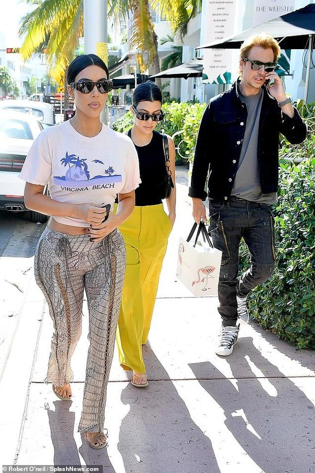 Kim Kardashian khoe thân hình đồng hồ cát trên phố - 7