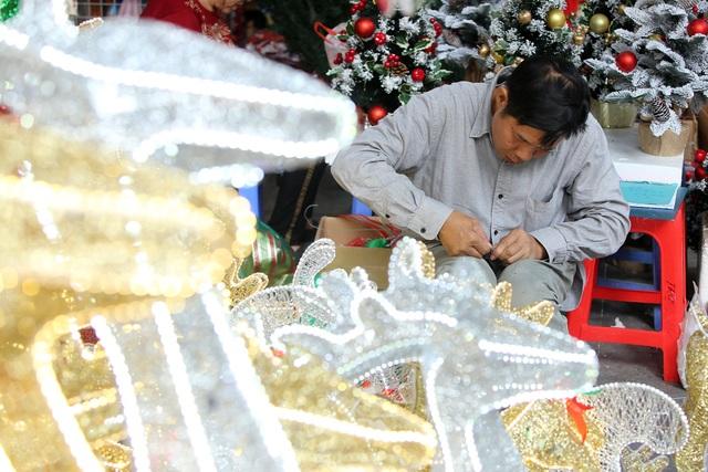 Đường phố Hà Nội được trang hoàng rực rỡ đón Giáng sinh - 9