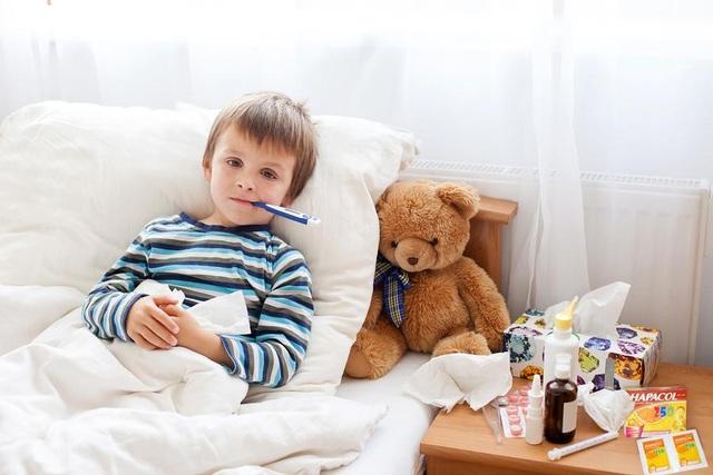 Lưu ý khi chăm sóc trẻ bị sốt trong mùa lạnh - 1