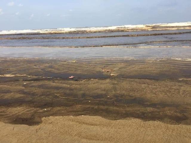 Nước biển ở Quảng Ngãi bất ngờ đổi màu đen ngòm, nổi bọt - 1
