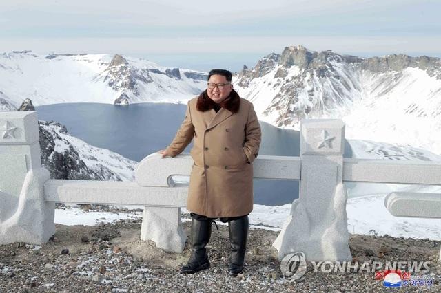 Ông Kim Jong-un và phu nhân cưỡi bạch mã thăm núi thiêng - 1