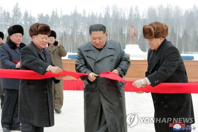 Ông Kim Jong-un và phu nhân cưỡi bạch mã thăm núi thiêng - 7