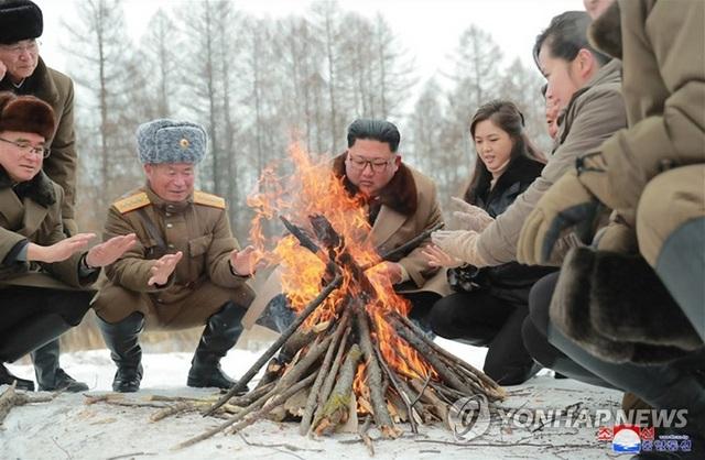 Ông Kim Jong-un và phu nhân cưỡi bạch mã thăm núi thiêng - 3