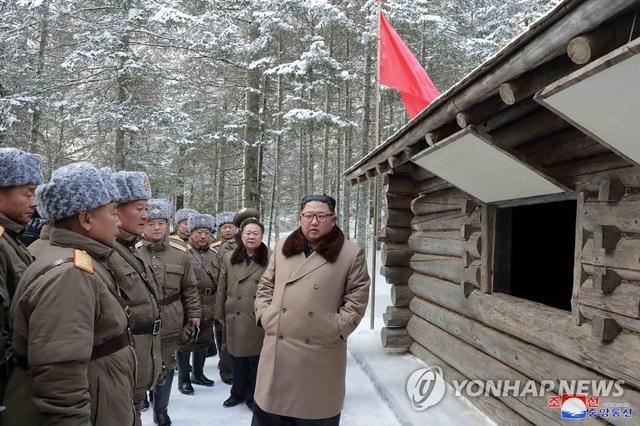 Ông Kim Jong-un và phu nhân cưỡi bạch mã thăm núi thiêng - 5