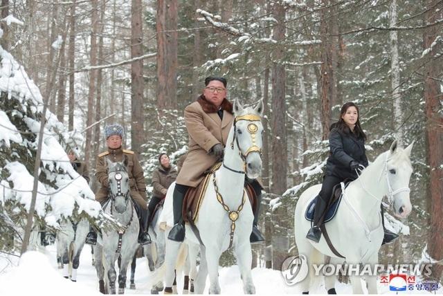Ông Kim Jong-un và phu nhân cưỡi bạch mã thăm núi thiêng - 2