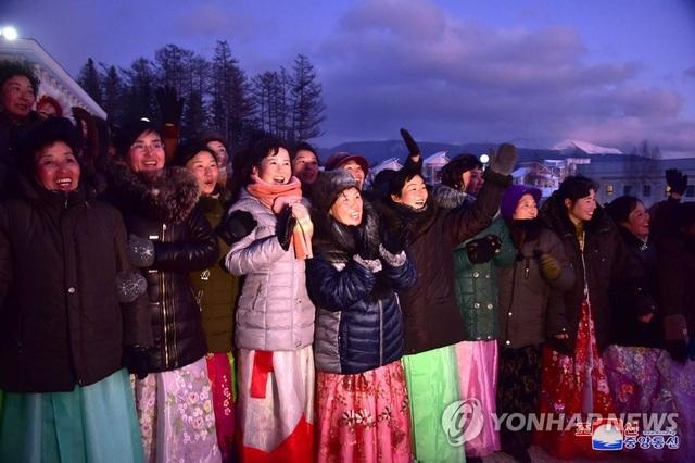 Ông Kim Jong-un và phu nhân cưỡi bạch mã thăm núi thiêng - 11