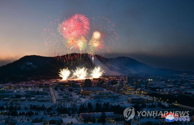 Ông Kim Jong-un và phu nhân cưỡi bạch mã thăm núi thiêng - 10