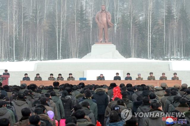 Ông Kim Jong-un và phu nhân cưỡi bạch mã thăm núi thiêng - 8