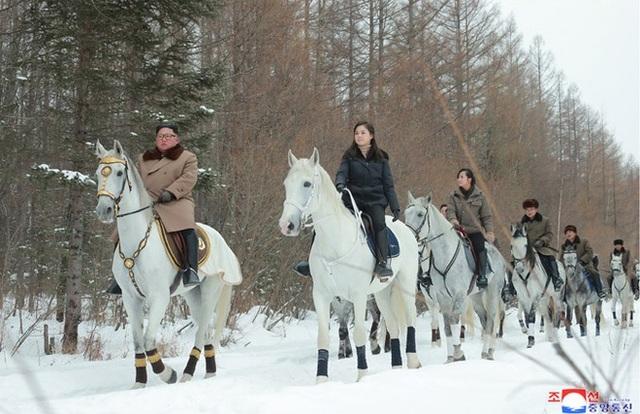 Ông Kim Jong-un và phu nhân cưỡi bạch mã thăm núi thiêng - 6
