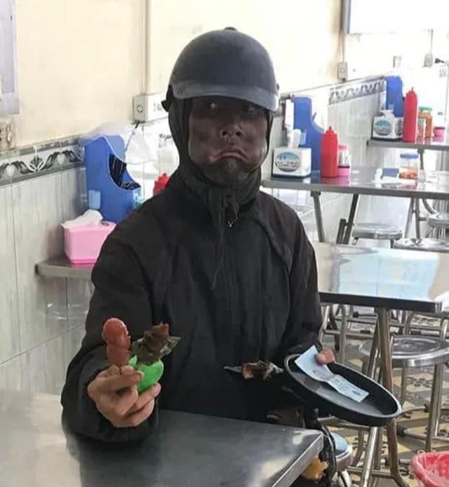 Công an xác minh người đàn ông bí ẩn bôi mặt đen, cầm xúc xích đi xin tiền - 1