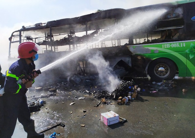 Xe khách cháy ngùn ngụt, cột khói bốc cao hàng chục mét - 3