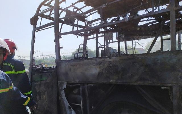 Xe khách cháy ngùn ngụt, cột khói bốc cao hàng chục mét - 2