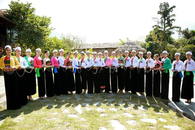 Người đẹp xứ Mường khoe sắc bên thác Cửu Tú Sơn - 1