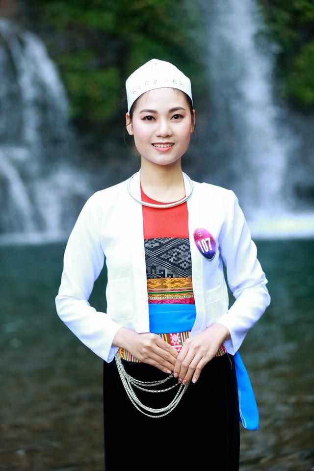 Người đẹp xứ Mường khoe sắc bên thác Cửu Tú Sơn - 6