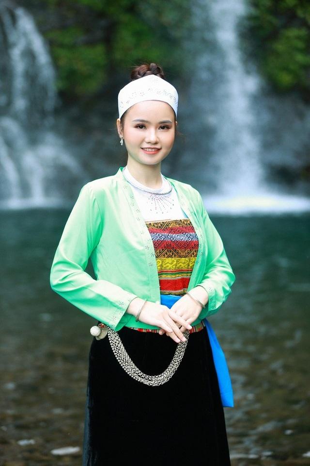Người đẹp xứ Mường khoe sắc bên thác Cửu Tú Sơn - 5