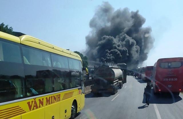 Xe khách cháy ngùn ngụt, cột khói bốc cao hàng chục mét - 4