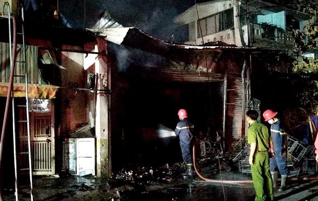 Cứu cả gia đình 5 người kẹt trong cửa hàng bị cháy ở Sài Gòn - 1