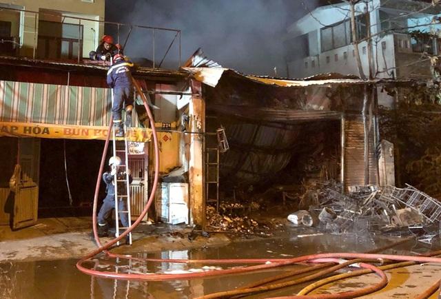 Cứu cả gia đình 5 người kẹt trong cửa hàng bị cháy ở Sài Gòn - 2