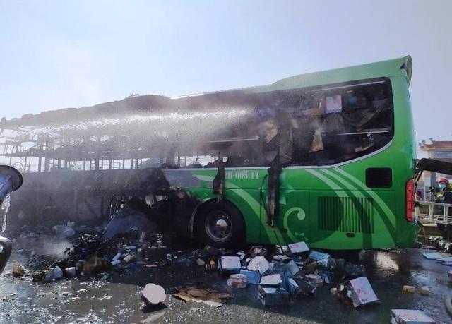 Xe khách cháy ngùn ngụt, cột khói bốc cao hàng chục mét - 1