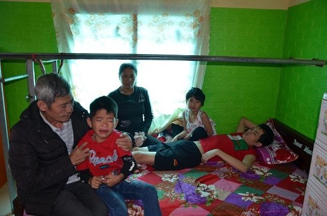 Hai bé thơ ôm người cha liệt giường khóc cầu xin mẹ về với con! - 2