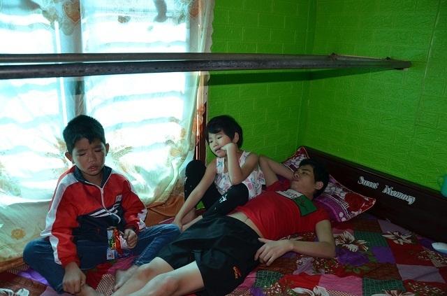 Hai bé thơ ôm người cha liệt giường khóc cầu xin mẹ về với con! - 3