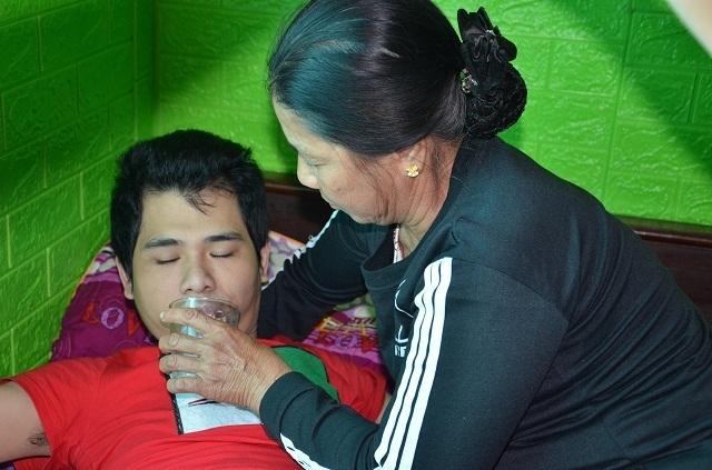 Hai bé thơ ôm người cha liệt giường khóc cầu xin mẹ về với con! - 5