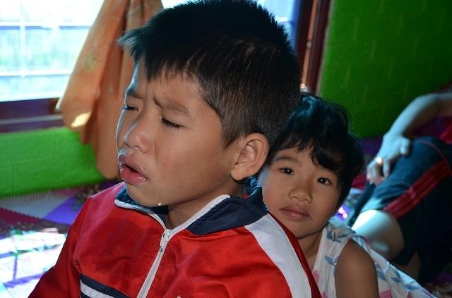Hai bé thơ ôm người cha liệt giường khóc cầu xin mẹ về với con! - 6