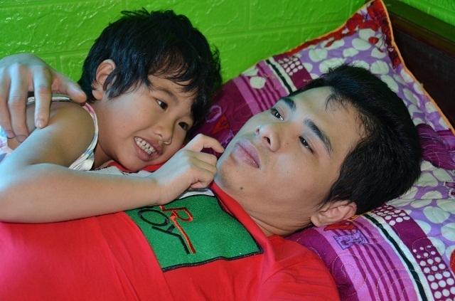 Hai bé thơ ôm người cha liệt giường khóc cầu xin mẹ về với con! - 7