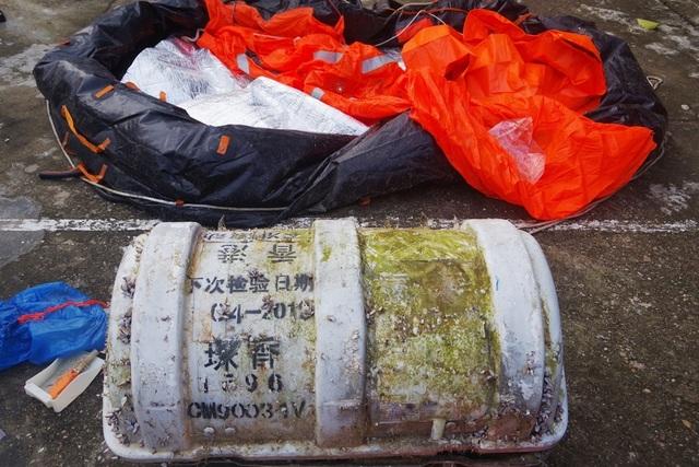 Phát hiện vật thể lạ ghi chữ Trung Quốc trên bờ biển Thừa Thiên Huế - 1