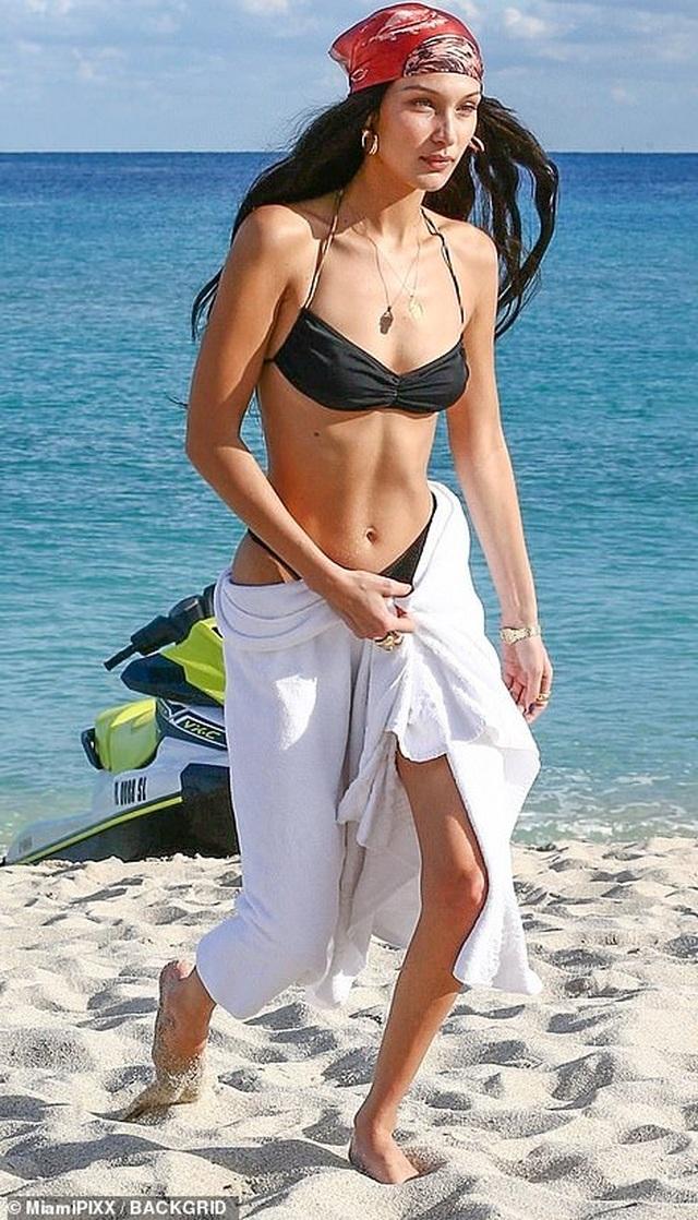 Kendall Jenner và Bella Hadid diện bikini nuột nà - 4