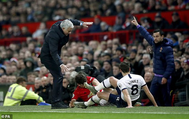 HLV Mourinho suýt gãy chân khi va chạm với cầu thủ Man Utd - Ảnh minh hoạ 2