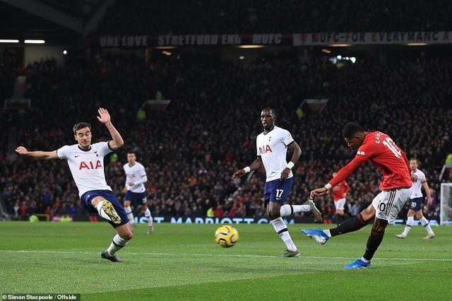 HLV Solskjaer gây sốc khi xoa đầu Mourinho sau chiến thắng - 2