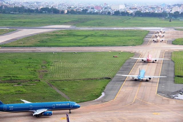 """""""Đóng cửa"""" đường băng sân bay Tân Sơn Nhất vì lún, nứt nghiêm trọng - 1"""