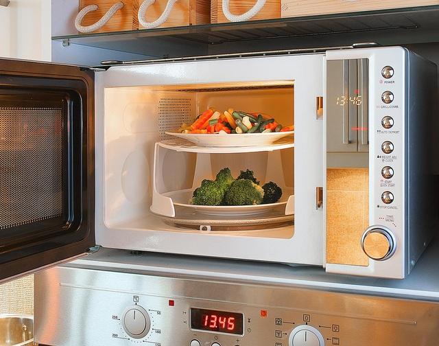 Nướng mực, nấu cơm và những công dụng không ngờ của lò vì sóng - 1