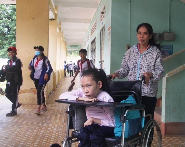 9 năm ngồi học trên xe lăn, cô gái ước có thể vui đùa trên chính đôi chân của mình - 1