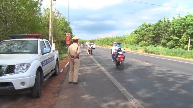 """Tạm đình chỉ 2 cán bộ CSGT Đồng Nai liên quan vụ """"bảo kê"""" xe quá tải - 1"""